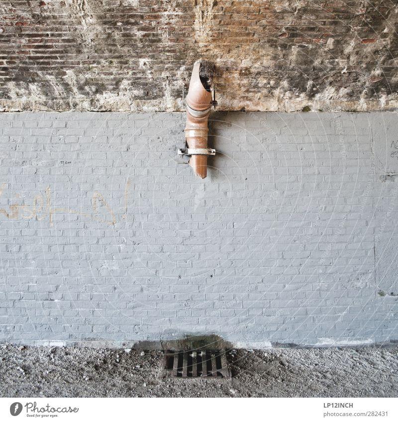 "Graffiti ""Freiraum"" Haus Brücke Mauer Wand Fassade kaputt trashig Rohrleitung Gully Abflussrohr gebrochen hängen Richtung richtungweisend Farbfoto Außenaufnahme"