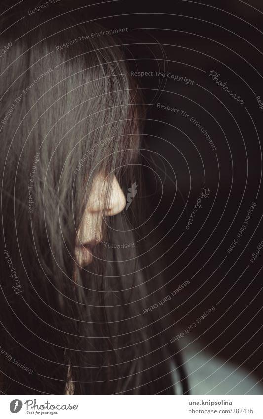wenn der wind übers dacht geht Frau Erwachsene Kopf Haare & Frisuren Nase Mund 1 Mensch 18-30 Jahre Jugendliche brünett langhaarig Denken träumen Traurigkeit
