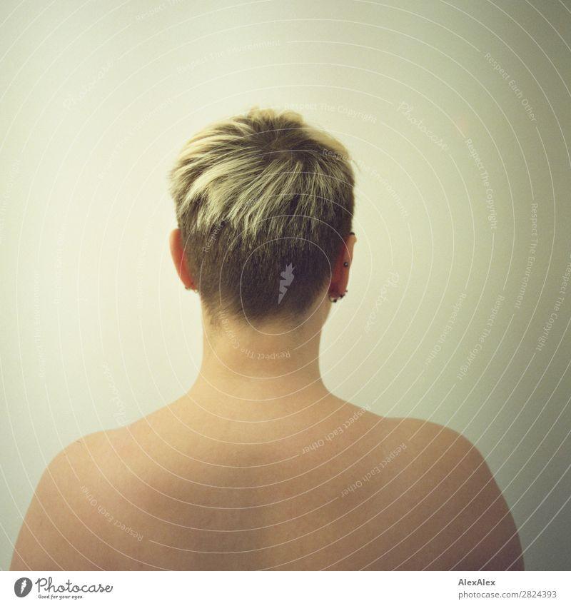 Portrait einer jungen Frau von hinten exotisch schön Junge Frau Jugendliche Kopf Schulter 18-30 Jahre Erwachsene Schmuck blond kurzhaarig beobachten ästhetisch