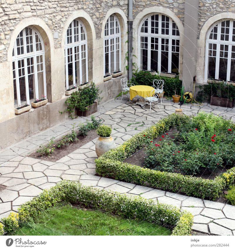 Sitzgelegenheit für 3 Ferien & Urlaub & Reisen Erholung Fenster Garten Stil Fassade Freizeit & Hobby Platz Tourismus Ausflug Lifestyle Tisch Idylle Sträucher