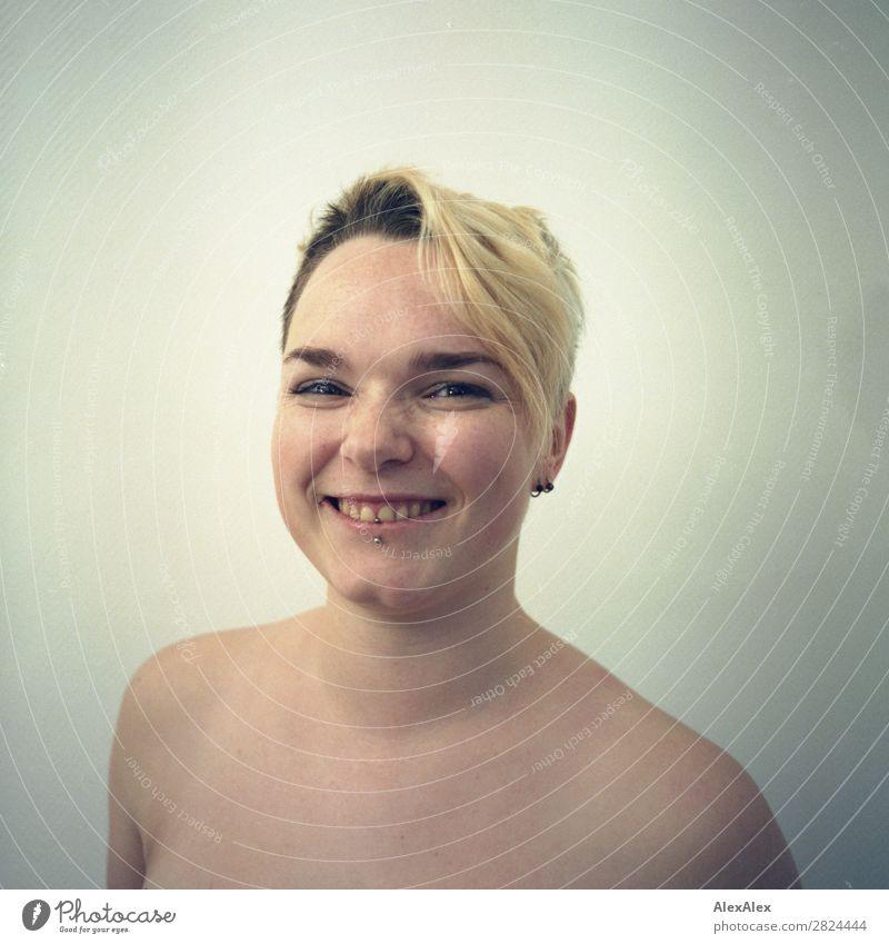 junge Frau mit Somersprossen lächelt frech auf analogem Bild Freude schön Haut Gesicht Raum Junge Frau Jugendliche 18-30 Jahre Erwachsene nackt Piercing blond