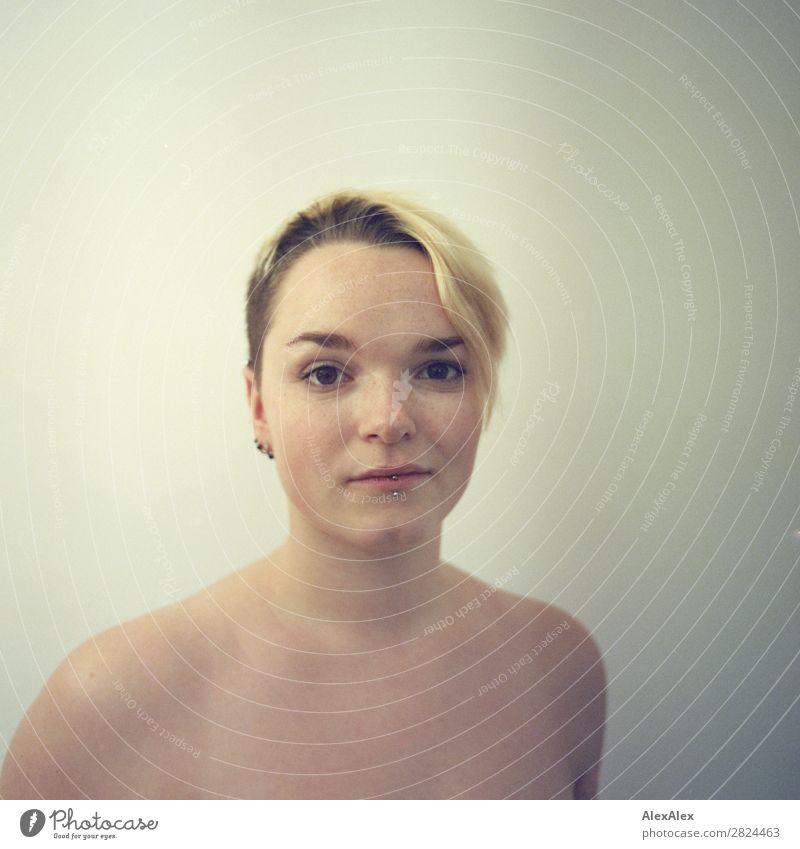 Portrait einer jungen Frau mit Sommersprossen Freude schön Wohlgefühl Junge Frau Jugendliche Gesicht 18-30 Jahre Erwachsene blond kurzhaarig beobachten