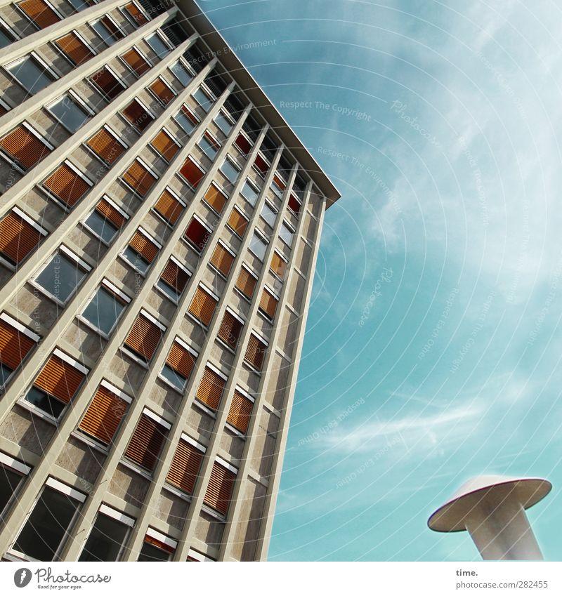 Hochachtungsvoll Himmel Wolken Schönes Wetter Hochhaus Bauwerk Gebäude Architektur Fassade Fenster Dach Jalousie Wetterschutz Lampe Straßenbeleuchtung sportlich