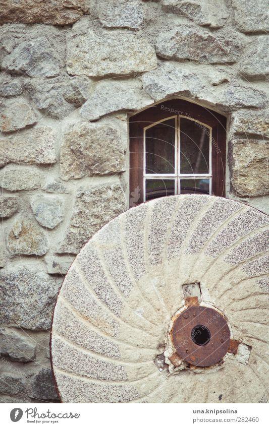 manche mühlen mahlen langsam Fenster Wand Mauer Fassade rund Bauwerk historisch Mehl Mühle zerkleinern Steinmauer Mühlstein