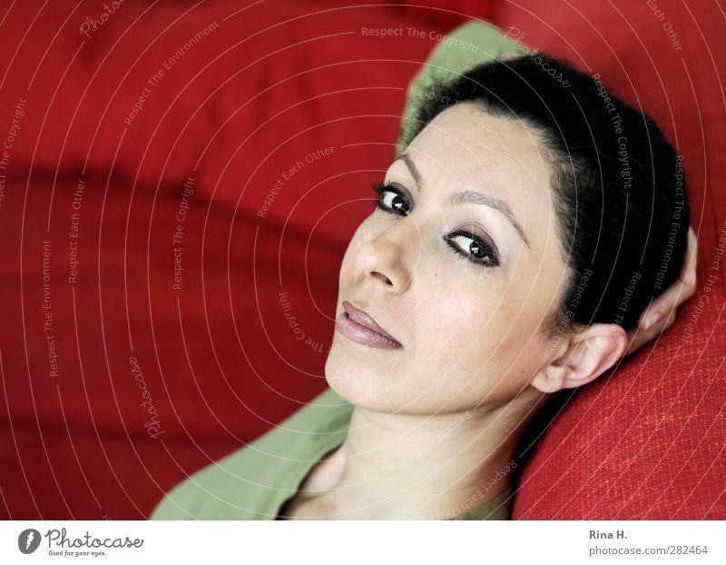 Relax ruhig Sofa Frau Erwachsene 1 Mensch 30-45 Jahre Haare & Frisuren schwarzhaarig brünett Erholung Blick sitzen schön feminin rot Zufriedenheit Auge Farbfoto