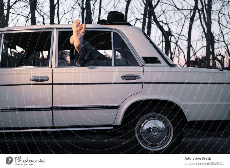 Mann schläft im Oldtimer. PKW altehrwürdig retro schlafen lügen ruhen Erholung Beine Hut weiß Fahrzeug klassisch Erwachsene Ferien & Urlaub & Reisen Mensch