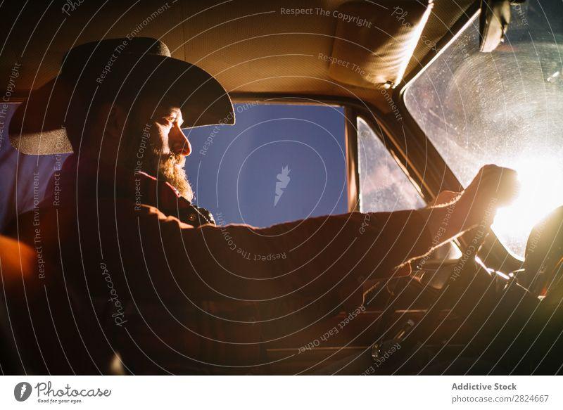 Stilvoller Mann fährt Oldtimer nachts. PKW altehrwürdig retro weiß Hut Scheinwerfer Abend Nacht Fahrzeug klassisch Erwachsene Ferien & Urlaub & Reisen Mensch