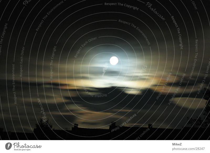 Mond mit wild ziehenden Wolken Sturm Langzeitbelichtung Haus Wind