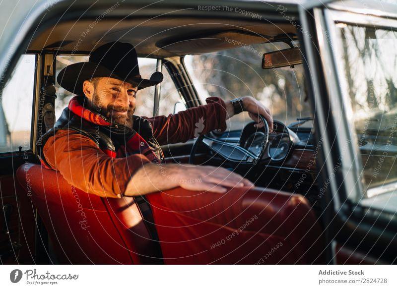 Mann fährt Oldtimer PKW altehrwürdig retro weiß Fahrzeug klassisch Erwachsene Ferien & Urlaub & Reisen Mensch Verkehr Laufwerk elegant Antiquität Nostalgie