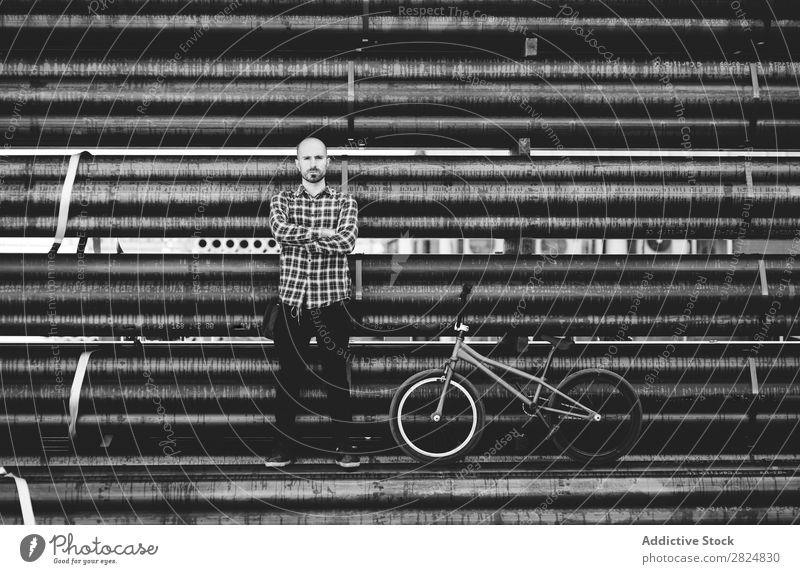 Stylischer junger BMX-Fahrer für Männer Mann Fahrrad Körperhaltung Sport Lifestyle Jugendliche Aktion stehen extrem Reiter Motorradfahren Raser Schwarzweißfoto