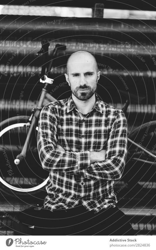 Cooler Mann mit dem Fahrrad Mensch Porträt die Arme verschränkt Fahrradfahrer Schatten Jugendliche Lifestyle Erwachsene Sport Freizeit & Hobby gutaussehend