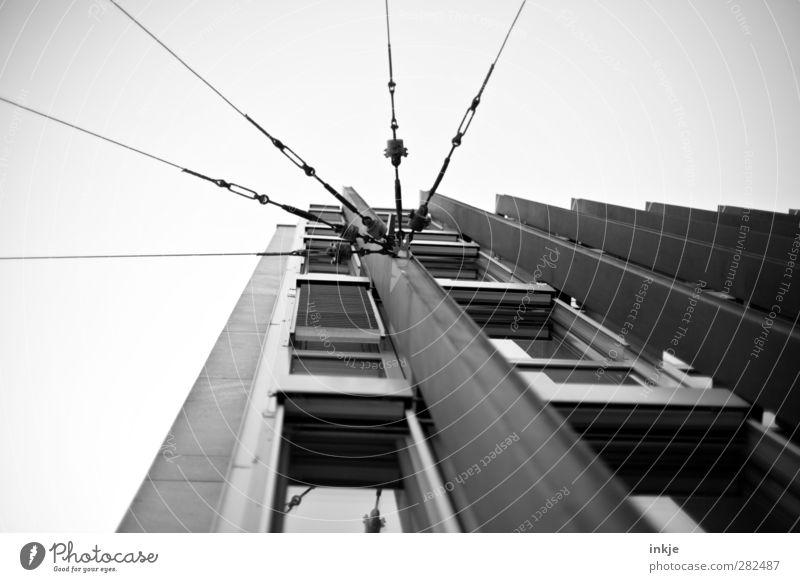 Froschperspektive III Haus Fenster oben Gebäude Fassade Energiewirtschaft hoch Verkehr Hochhaus Telekommunikation Vernetzung Personenverkehr Straßenbahn