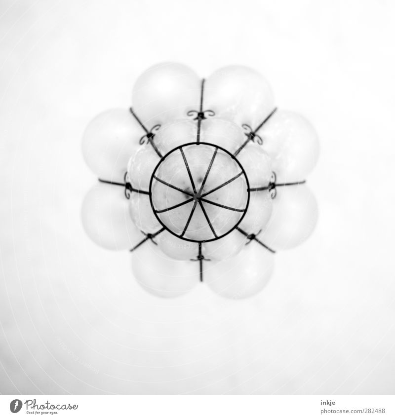 Froschperspektive IIII Dekoration & Verzierung Lampe Zimmerdecke Ornament Kugel Linie Netz hängen historisch hoch oben retro rund Lampenschirm Lampendetail