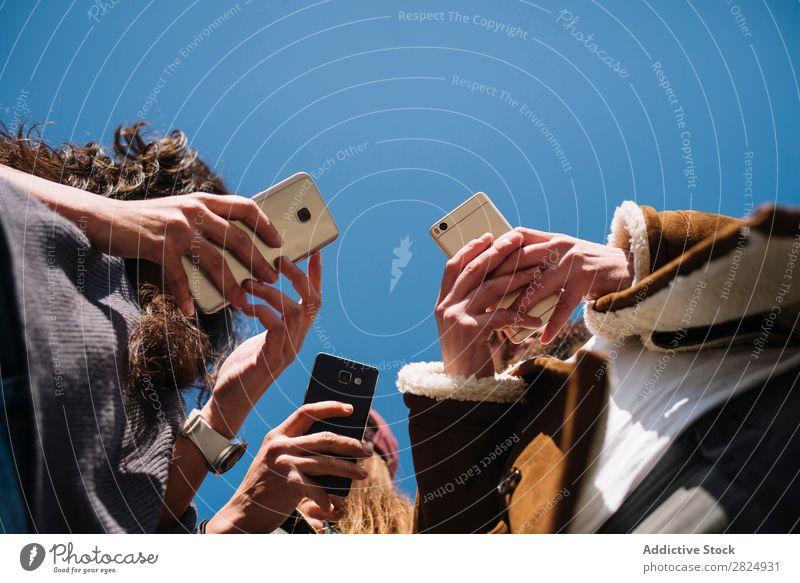 Gruppe von Freunden auf der Straße mit Smartphone Telefon Profil Texten Browsen Video ansehen PDA unsozial Hochgeschwindigkeit Handy 5g kabellos Webseite