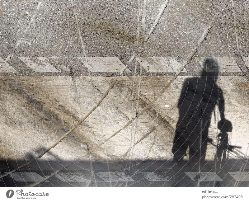 Lebenslauf 1 Mensch Verkehrswege Straße Fußgängerübergang Fahrrad chaotisch Desaster Risiko Überleben Vergangenheit Wege & Pfade Schatten Spuren Bremsspur