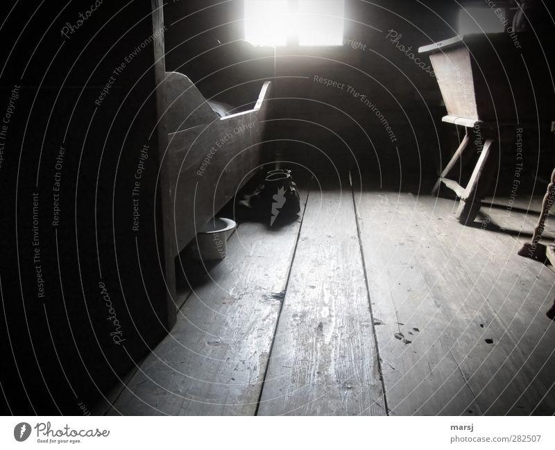 Weisser Hut unterm Bettkasten? alt schwarz dunkel Holz Innenarchitektur Linie Raum Schuhe Wohnung authentisch Armut Häusliches Leben trist einfach historisch