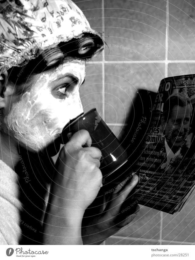 housewife_two Hausfrau sprechen Quark Lockenwickler Bad Neugier Überraschung Bademantel Frau trinken Kaffee charles kamilla Maske schön duschhaube Auge