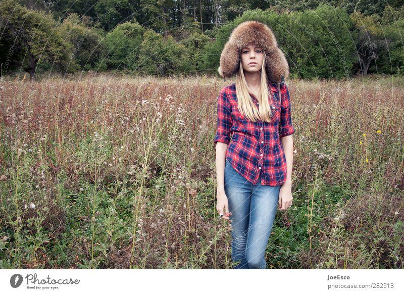 #242679 Stil Abenteuer Freiheit Junge Frau Jugendliche Leben Natur Feld Wald Hemd Jeanshose blond beobachten stehen träumen authentisch trendy einzigartig retro
