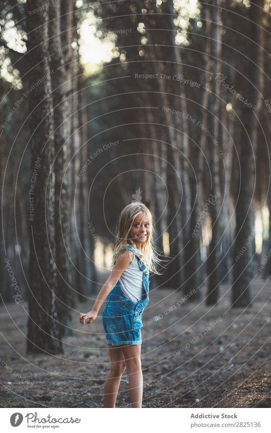 Glückliches Kind beim Laufen im Wald Mädchen Fröhlichkeit Aktion rennen Freiheit Grimassen schneiden Zunge zeigen Unbekümmertheit in Bewegung Freizeit & Hobby