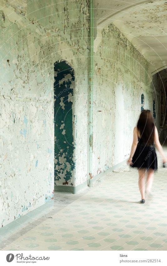 Vergänglichkeit Mensch Frau Jugendliche Haus Erwachsene feminin Wand Bewegung Mauer Gebäude 18-30 Jahre gehen Körper außergewöhnlich Fassade Rücken