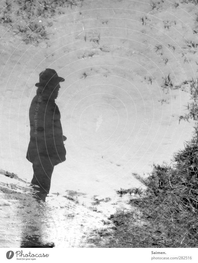 novemberdad Mensch Mann Wasser Einsamkeit Erwachsene Gefühle Wege & Pfade Traurigkeit Denken Stimmung Körper Spaziergang Hoffnung Vergänglichkeit Trauer Hut