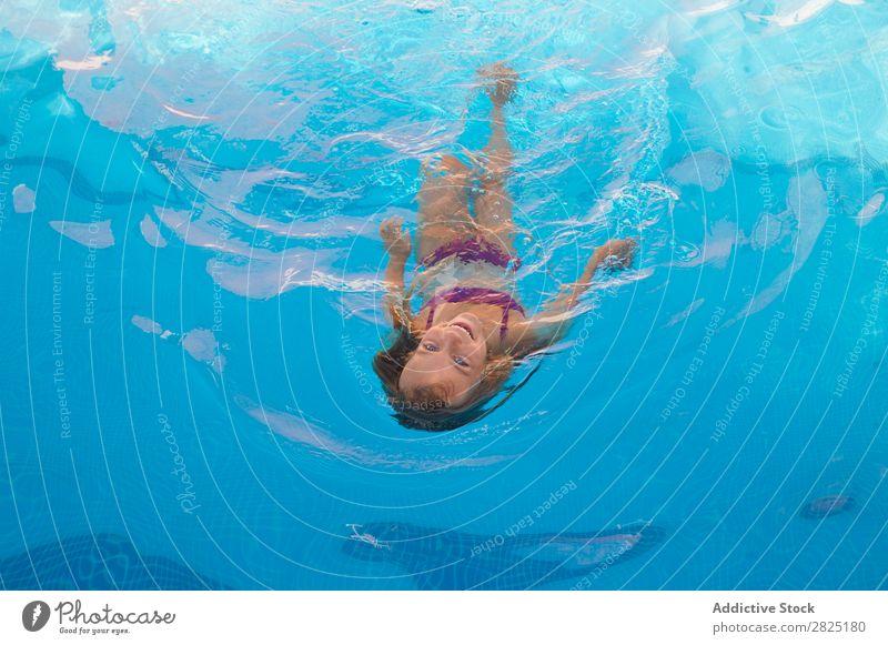Kinderschwimmen im Pool Schwimmbad fliegend Schwimmsport Menschliches Gesicht Kindheit Sommer Ferien & Urlaub & Reisen Wasser Mädchen Erholung Aktion