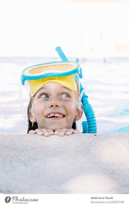 Kind in Schnorchelmaske, das am Pool posiert. Schwimmbad Maske Erholung Ferien & Urlaub & Reisen Körperhaltung Menschliches Gesicht Freizeit & Hobby tauchen