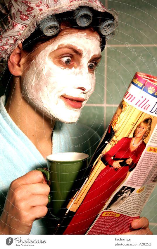 housewife_one Hausfrau sprechen Quark Lockenwickler Bad Neugier Überraschung Bademantel Frau trinken Kaffee charles kamilla Maske schön duschhaube Auge