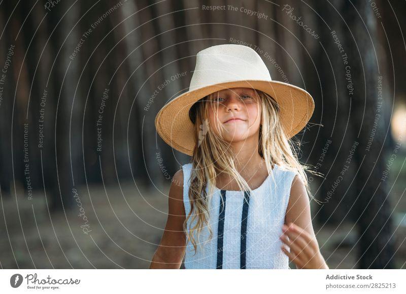 Lächelndes Kind mit Hut draußen heiter spielerisch Porträt Fröhlichkeit Körperhaltung Stil selbstbewußt Cowboy lachen Mädchen reizvoll Sommer Unbekümmertheit
