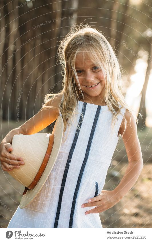 Charmantes Mädchen, das mit Hut posiert. Sommer Stil Natur spielerisch Kind reizvoll Kindheit Körperhaltung Abenteuer trendy heiter Halt Kokette Landschaft
