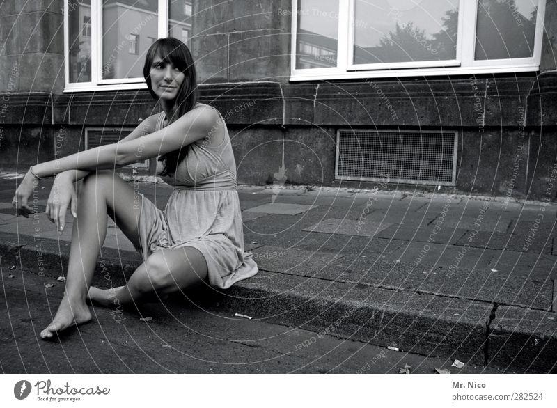 wohin? Mensch Jugendliche Stadt schön Einsamkeit ruhig Haus Erwachsene Fenster Straße Junge Frau feminin Wand Mauer Gebäude Mode