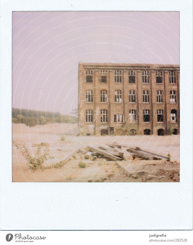 Industrieromantik alt dunkel Architektur Gebäude Stimmung Fassade kaputt Wandel & Veränderung Vergänglichkeit Fabrik Bauwerk Vergangenheit Verfall Ruine