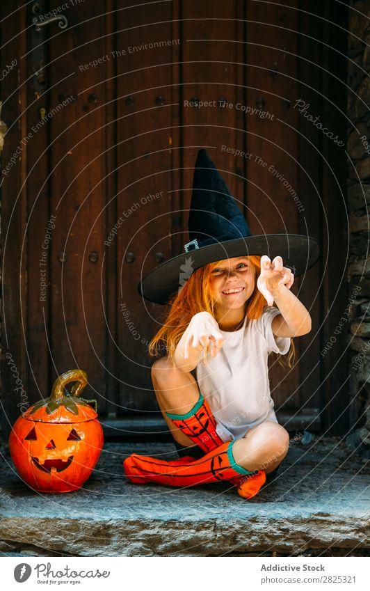 Liebenswertes Mädchen, das spielerisch posiert. Halloween so tun, als ob erschrecken Körperhaltung Porträt heiter Haus Kostüm Feste & Feiern Tradition Ausdruck