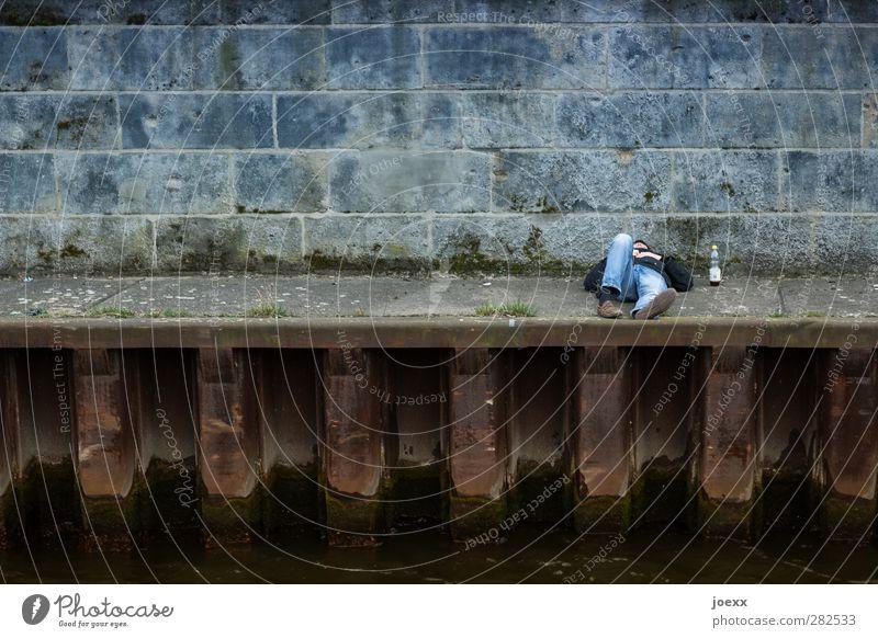 Abseits maskulin Mann Erwachsene Beine 1 Mensch 30-45 Jahre 45-60 Jahre Flussufer Hafen Jeanshose Stein Stahl Rost liegen schlafen blau braun grau Erholung