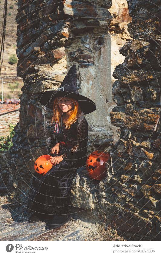 Zufriedenes Mädchen in Halloween Kostüm in der Straße Hexe spielerisch Feste & Feiern Tradition Ausdruck Verstand Gast Kindheit Genuss Hut Anlass heiter Hexerei
