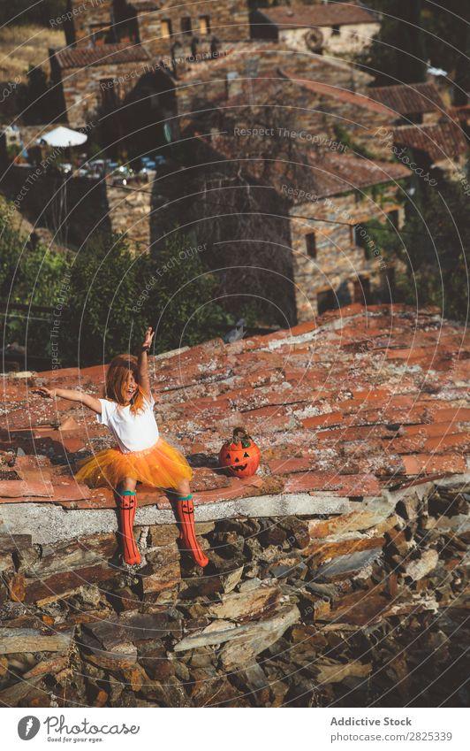 Mädchen in Kostüm posierend auf dem Dach Halloween spielerisch Dachterrasse Feste & Feiern Körperhaltung Verstand Tradition Ausdruck Jahreszeiten Gast Straße