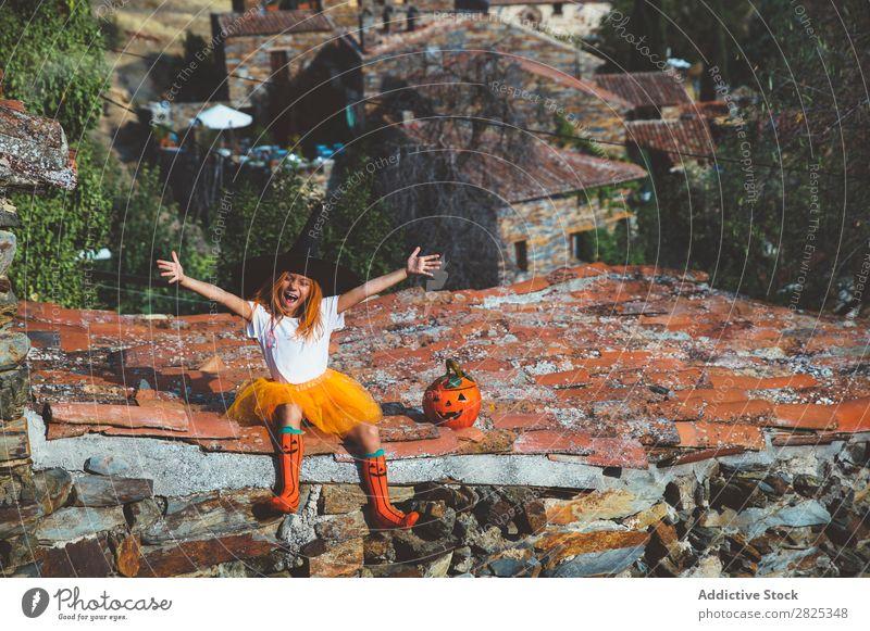 Mädchen in Kostüm posierend auf dem Dach Halloween spielerisch Dachterrasse Feste & Feiern Körperhaltung Verstand Tradition Ausdruck Jahreszeiten Fröhlichkeit