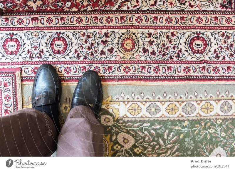 Besuch bei türkischen Verwandten Mensch Mann Erwachsene Beine Fuß maskulin stehen Kitsch Hose Wohnzimmer Teppich Türkei Schuhe Gastfreundschaft Hausschuhe