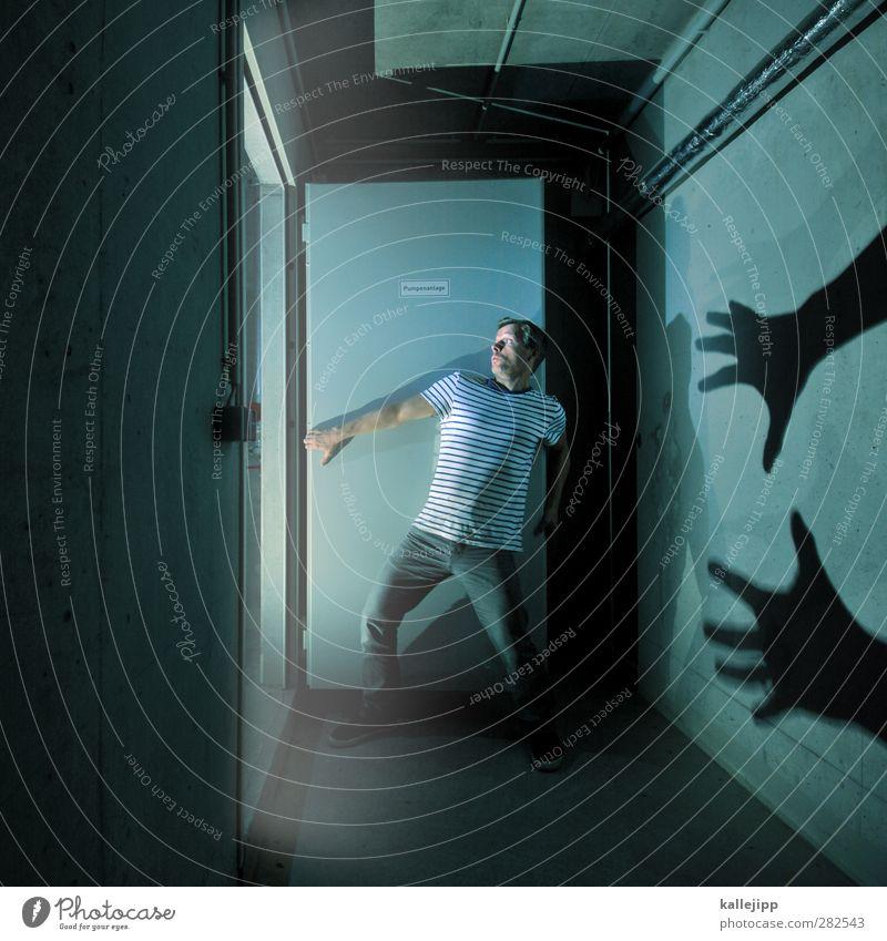 sonntag, 20:15 uhr, ard Mensch maskulin Mann Erwachsene Parkhaus Mauer Wand Tür T-Shirt Jeanshose stehen Überraschung träumen Tod Angst Entsetzen Todesangst