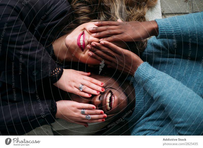 Tiefe Verbindung zwischen zwei jungen Menschen verschiedener Rassen. Die vielfältig Romantik 20s hübsch Amerikaner Lieblichkeit Partnerschaft Gesicht Körper