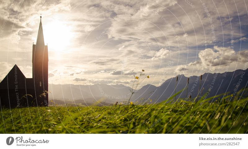 sonntagsausflug. Natur Sommer Sonne Einsamkeit ruhig Landschaft Umwelt Wiese Berge u. Gebirge Herbst Gras Garten Horizont Kirche Schönes Wetter Sträucher