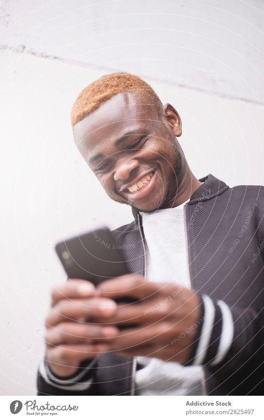 Afroamerikanischer Mann, der sich selbst zum Selbstporträt des intelligenten Pho macht. Mobile Fotokamera Telefon klug Freude nehmen Mensch PDA Jugendliche