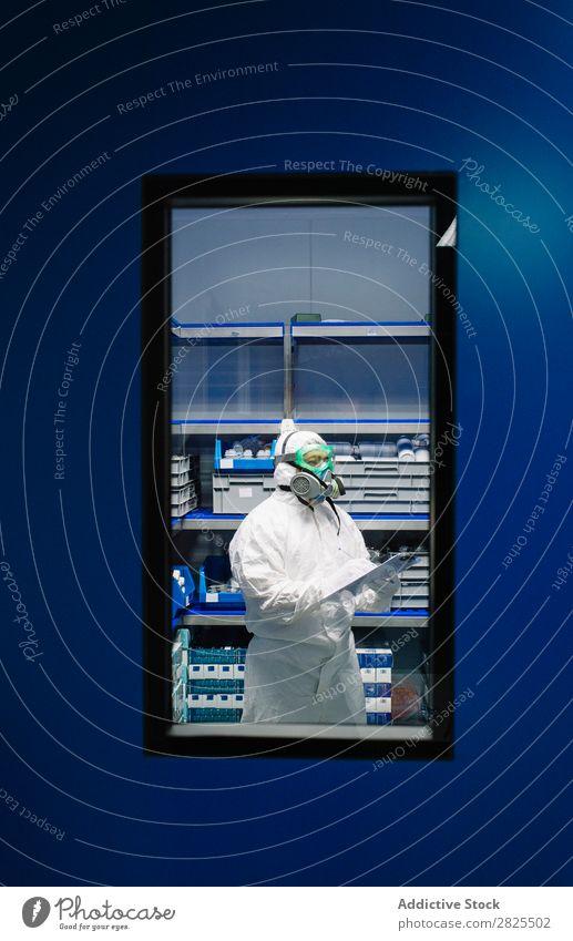 Wissenschaftler, der die Revision im Labor nachweist. forschen Chemie Tablet Computer Büroarbeit Kleiderschrank Überarbeitung schreibend Experiment