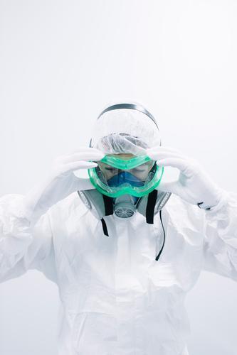 Wissenschaftler setzt Schutzmaske auf Labor forschen Chemie Dressing Maske abwehrend anmachend Essen zubereiten Experiment Wissenschaften Medikament