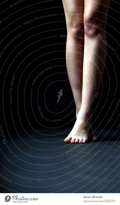 Beine Mensch feminin Fuß 1 18-30 Jahre Jugendliche Erwachsene Tänzer Tanzen dünn schwarz Farbfoto Studioaufnahme Blitzlichtaufnahme Zentralperspektive