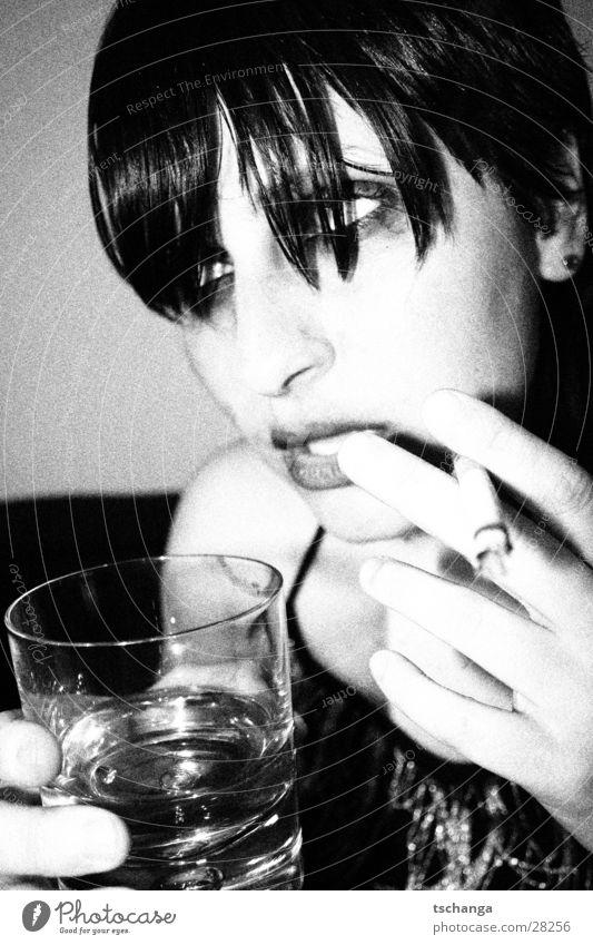 drunken_3 Alkoholisiert Party Nachtleben trinken Zigarette Parkett Rauschmittel unsozial Schminke Fett Abendkleid schick Überbelichtung Porträt kalt Trauer