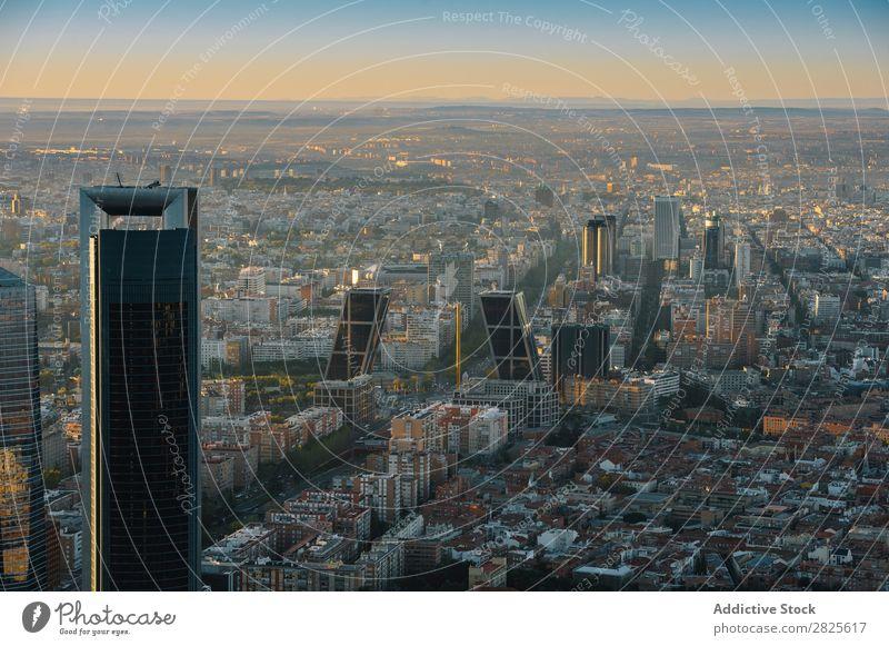 Moderne Wolkenkratzer im Madrider Stadtbild Skyline modern Großstadt Hochhaus Straße Architektur Berge u. Gebirge Megapolis Panorama (Bildformat) Metropolitan