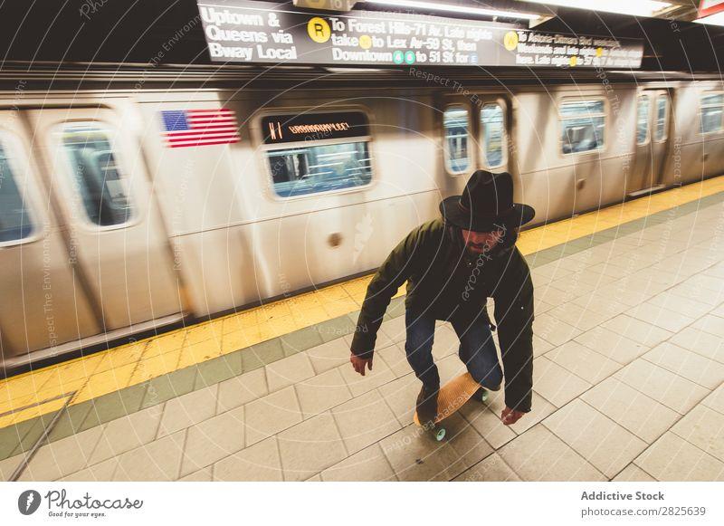 Mann auf dem Skateboard in der U-Bahn Reiten Textfreiraum Coolness selbstbewußt Hut bärtig ernst brutal Vollbart Mensch Großstadt Schickimicki Erwachsene lässig