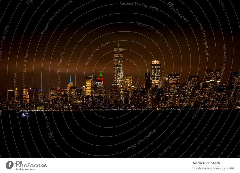 Nächtliches Stadtbild Skyline nyc Nacht Manhattan Großstadt amerika Architektur Hochhaus Gebäude Abend Licht Wahrzeichen Dämmerung Berühmte Bauten