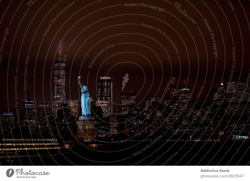 Ein Blick auf die Freiheitsstatue Statue Skyline nyc Nacht Manhattan Großstadt Stadt amerika Architektur Hochhaus Gebäude Abend Licht Wahrzeichen Dämmerung
